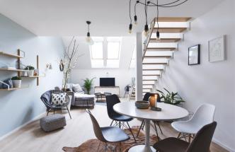 Barevné schéma ponechává atypickému půdnímu prostoru dostatek přirozeného světla a v kombinaci s textilními doplňky a přírodními materiály vytváří příjemnou atmosféru typickou pro skandinávské interiéry