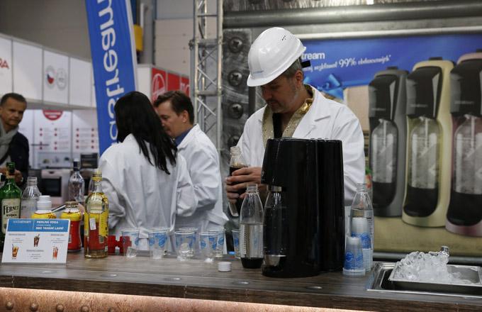 Značka SodaStream, specialista na čerstvou perlivou vodu nachystanou kdykoliv doma bez plastových obalů, představila svůj hlavní trumf - limitovanou edici výrobníku domácí perlivé vody SodaStream Jet Premium, který poutá pozornost novými barevnými kombinacemi osvědčené leskle černé skovovým nádechem a jedné ze tří metalických barev titanové, zlaté či růžově zlaté.
