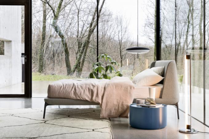 Dvoulůžková postel Velvet (Novamobili), design Matteo Zorzenoni, látkové čalounění, cena od 73 045 Kč, WWW. CASAMODERNA. CZ