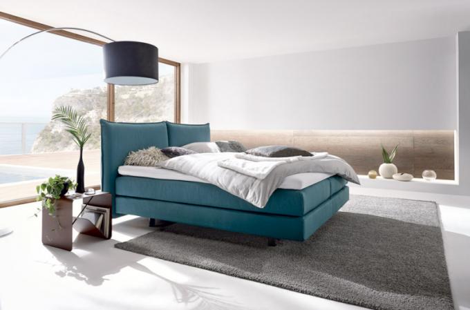 Boxspringová postel Hülsta 410 s polštářovým čelem (Hülsta), vhodná i pro umístění do prostoru, cena od 97 147 Kč, WWW. HOMESTYLE. CZ
