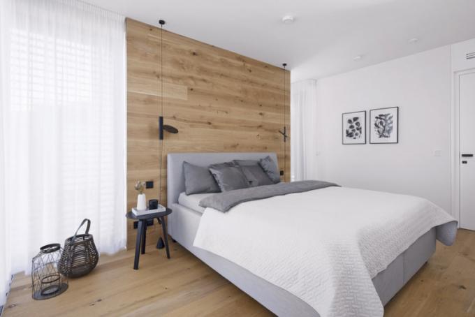 Atmosféra ložnice je laděna přirozeně v přírodním duchu. Stěžejním prvkem je kompaktní řešení obkladu podlahy a zdi za postelí v jednom dekoru, doplněné o solitérní svítidla od výrobce Flos
