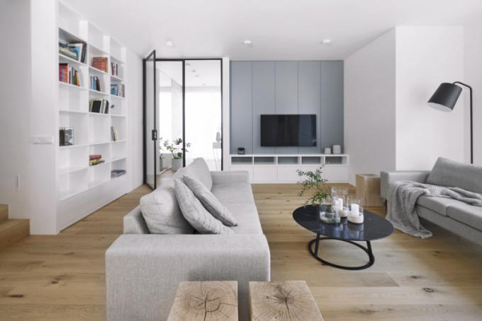 Citlivá hra s barvami je Haně Davidové vlastní. Skandinávské barevné akcenty na zdech a okolním nábytku nechávají vyniknout kvalitní vrstvené podlaze z mořeného dubu, lepené k podkladu