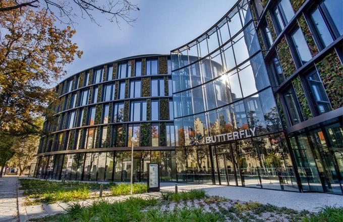 Budova AFI Karlín je největším projektem se živými vertikálními kaskádovými zahradami v České republice.
