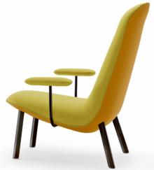 Křeslo Leafo (Arflex), design Jaime Hayon, lakovaný kov, polyuretanová pěna, textil vevíce barvách, 54 × 100 × 92cm, cena41469Kč, www.stockist.cz