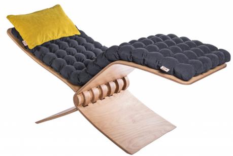 Relaxační lehátko Egremi (Liv), design Linda Vrňáková, certifikované masážní míčky, ohýbaná překližka, potah upevněn pomocí magnetů, 65 ×180cm, délka plochy kležení 200 cm, cena nadotaz