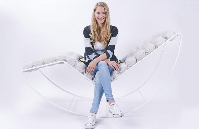 Designérka Linda Vrňáková stojí za úspěšným nábytkem určeným k dokonalému odpočinku. Díky využití fyzioterapeutických míčků vytvořila nejen designově zajímavý, ale i funkční, a navíc ještě relaxační nábytek s přesahem do rehabilitační oblasti.