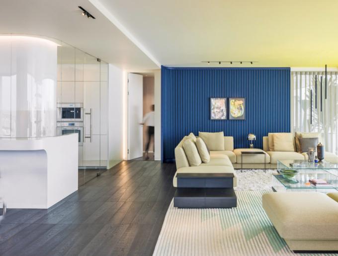 Kuchyně je oddělena skleněnými příčkami sotočnými dveřmi. Vnější strana pracovního ostrůvku slouží jako barový pult
