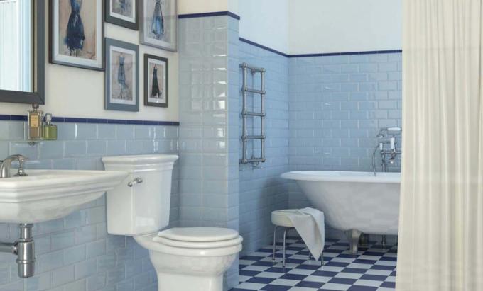 """Bohémské koupelně sluší také obklady ve tvaru """"cihliček"""" a obrazy na zdích."""