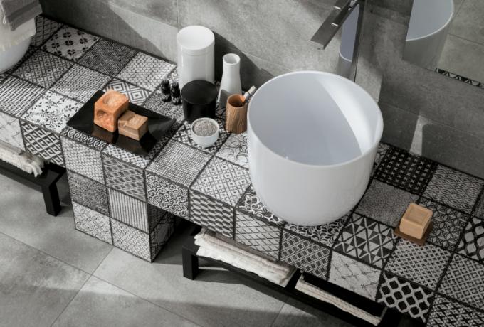 Chcete vnést do boho koupelny trochu rebelství? Docílíte toho pomocí patchworkových obkladů.