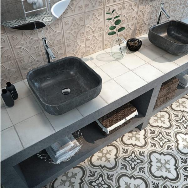 V koupelnách v boho stylu je často patrná snaha míchat vzory a barvy obkladů, dlažeb i doplňků.