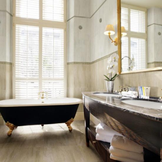 V bohémské koupelně vypadají velmi hezky velká zrcadla a vany v prostoru.