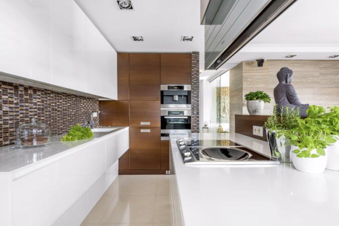Kuchyň je vybavená špičkovými spotřebiči značky Miele. Komfortní přípravu vnádobách wok umožňuje speciální indukční varná deska sprohlubní