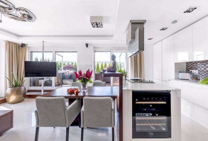 Pracovní desky v kuchyni jsou zhotovené z corianu. Na boční straně ostrůvku je vestavná vinotéka Miele se dvěma teplotními zónami