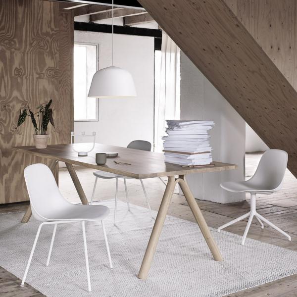 Stůl Split (Muuto), olejovaný masivní dub, zajímavý detail – ohýbané arozštěpené podnoží, 220 × 90cm, cena 59493Kč, www.stockist.cz