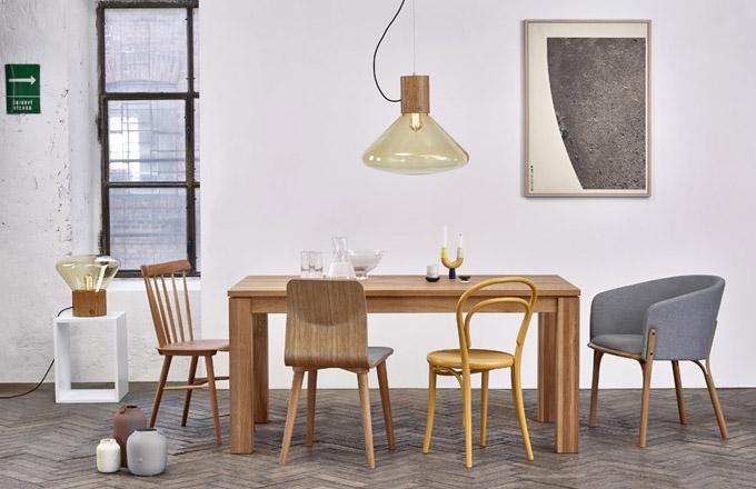 Židle TON zleva: Ironica, retro styl, ručně broušené zádové opěrky, cena 2250Kč; židle Malmö, několik barevných verzí včetně dvoubarevné, cena 4260Kč; ikonická židle 14, několik barev, cena 3690Kč; křeslo Split, zajímavý detail rozštěpení nohy vhorní části pod sedákem, cena 18670Kč, www.ton.cz