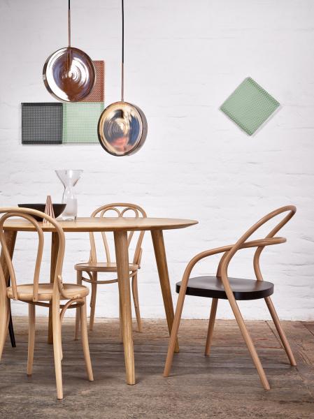Židle Ton 002 (vlevo), ohýbané bukové dřevo, cena 6 490 Kč je redesignem klasické židle 14 (vpravo), která se vyrábí už od roku 1859, cena 4 960 Kč, www.ton.cz