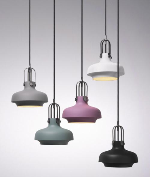 Několik barev atři velikosti závěsných svítidel nabízí kolekce Copenhagen (And Tradition), matný  lak / lesklá ocel, cena 5660Kč, www.designville.cz