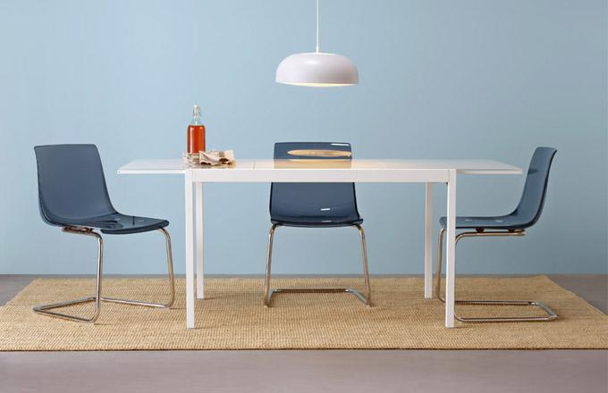 Židle Tobias (IKEA), transparentní různě probarvený materiál, pohodlný flexibilní sedák, cena 1490Kč, rozkládací stůl Glivarp se skleněnou deskou, cena od3990Kč, www.ikea.cz