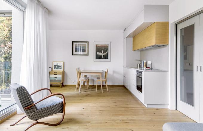 Kuchyň je součástí obytného prostoru spřilehlou terasou. Kjednoduché sestavě zvolili majitelé dubový jídelní stůl Jutland ažidle Era odznačky TON
