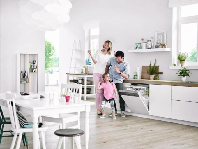 Vestavná myčka G 4203 SCi Active (Miele), třída A+, spotřebu snižuje možnost připojení na teplou vodu, hlučnost 46dB, cena 24 990 Kč, www.miele.cz
