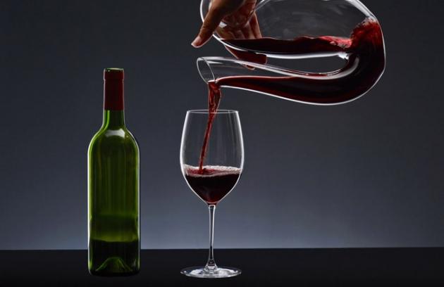 Dekantér Ayam clear (Riedel), dvoukomorový, křišťál, ručně foukané sklo vhodné do myčky, lze postavit na stůl i zavěsit na kraj stolu, cena 7 995 Kč, www.kulina.cz
