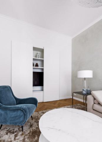 Uzavíratelná stěna naTV vznikla zaúčelem minimalizace moderních prvků vinteriéru. Její zajímavostí je precizně utajená kolejnice, která zajišťuje plynulý pohyb dvířek