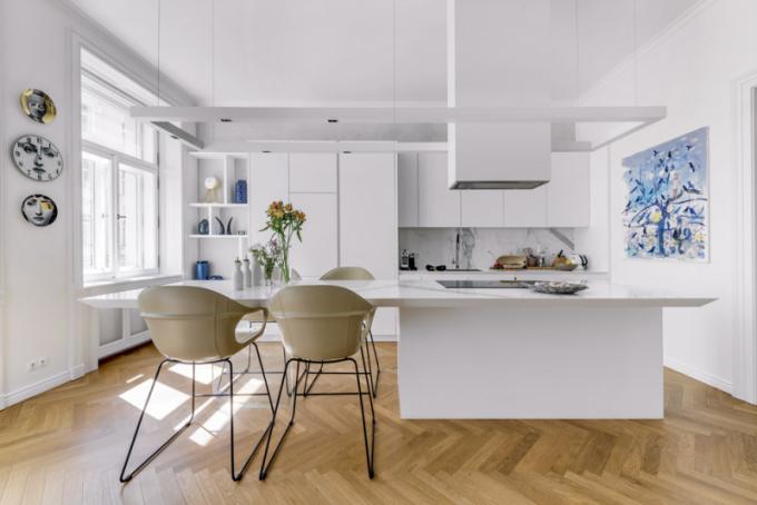 Luxusně zařízený byt má plnohodnotně vybavenou kuchyni, ato ipřesto, že aktuálně slouží jako občasně využívané zázemí. Jídelní zóna vevýšce pracovní plochy kuchyňského ostrůvku je vybavena barovými židlemi Elephant (Kristalia)