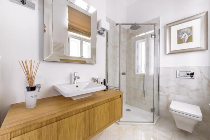 Vytříbený vkus majitelů nemovitosti je evidentní také zvybavení koupelen. Ty zůstaly bez zásahu azměn vautentické podobě