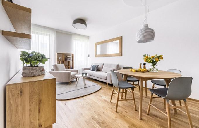 Skandinávské ladění podporují světlé tóny vybavení obývacího pokoje včetně sedací soupravy Omega (Koinor), koberce (Normann Copenhagen) astolku stejné značky