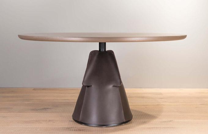 Švýcarský výrobce proslulý důrazem na kvalitu zpracování a vášní pro experimenty s kůží představil kolekci stolů DS-615 (de Sede). Vrchní deska z kamene nebo dřeva je podpírána kuželem z kovu potaženým čtyřmi kusy kůže, které jsou spojeny ručně šitými stehy. Design Mario Ferrarini, výška 36 a 74 cm, Ø 60 až 180 cm, dostupné také s oválnou nebo čtvercovou vrchní deskou. Cena od 54 400 do 189 720 Kč, WWW.DECOLAND.CZ