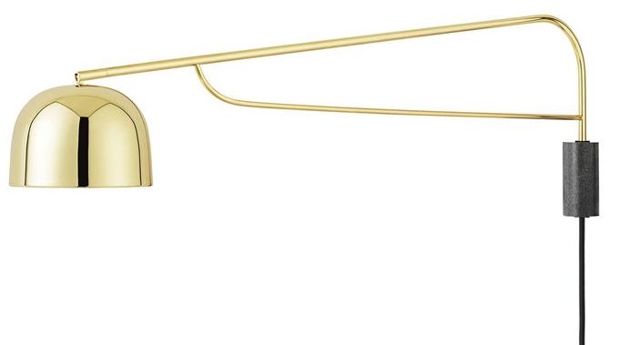 Ikonické pouliční lampy Kodaně inspirovaly designéra Simona Legalda k návrhu nástěnného svítidla Grant (Normann Copenhagen). Měkké linie a lesklý kovový povrch doplňuje žulová základna, rameno o délce 111 cm lze posouvat do strany a se stínidlem je spojeno otočným kloubem, umožňujícím směřování proudu světla. Ø 17,5 cm, cena 17 300 Kč, WWW.DESIGNVILLE.CZ