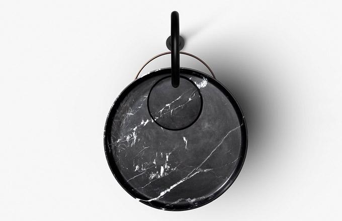 Ryze racionální design a čistou geometrii narušují v případě volně stojícího umyvadla Eccentrico (Falper) dva kruhy posunuté ze středu konstrukce. Rafinovaný dialog linií podporují rozmanité kombinace materiálů, jako jsou kararský mramor, dřevo, kov a Cristalplant. Design Victor Vasilev, výška 90 cm, Ø umyvadla 56 cm, cena na dotaz, WWW.FALPER.IT