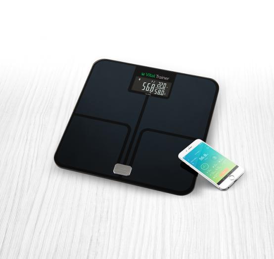 Analytická osobní váha ETA778090000 Vital Trainer pomáhá díky unikátní smart aplikaci sledovat, pravidelně zaznamenávat a vyhodnocovat vývoj základních tělesných charakteristik.