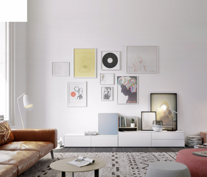 Kombinace různých formátů ivýtvarných technik dohromady tvoří pestrou koláž, která interiéru vtiskne nenapodobitelné charisma. Výběr jednotlivých děl záleží pouze naosobních preferencích. Aby výsledek prostor zbytečně nezatížil aneubral mu denní světlo, stačí zvolit jednotnou barvu rámů aponechat obrazům dostatek prostoru kolem