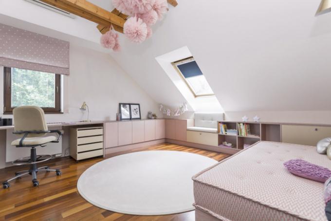 Pokoj, který je určen pro pětiletou holčičku, byl dispozičně rozdělen dodvou zón, vybaven nábytkem namíru aladěn donadčasových dívčích barev vdekorech aodstínech mědi azlata