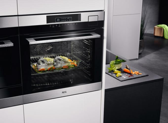 Vestavná multifunkční parní trouba Mastery BSK792320M (AEG), objem 70 litrů, energetická třída A+, tři režimy vaření apečení – horký vzduch, pára ajejich kombinace, automatický výpočet kombinovaného poměru,  cena 42241Kč,  www.aeg.cz