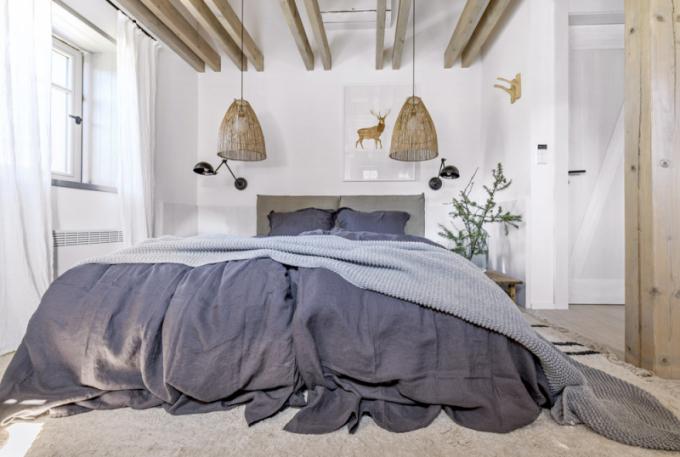 Vložnicích pro hosty kralují pohodlná čalouněná lůžka (Flexteam). Kečtení je možné posvítit si nástěnnými lampami Aura (Nordal)