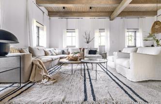 Posezení vobývacím prostoru nabízejí sedací souprava akřesla (Pianca) doplněné namíru navrženými stolky nasubtilních podnožích. Použité textilie umocňují venkovský ráz, černým dekorem proužků připomínají vzory nastarých utěrkách