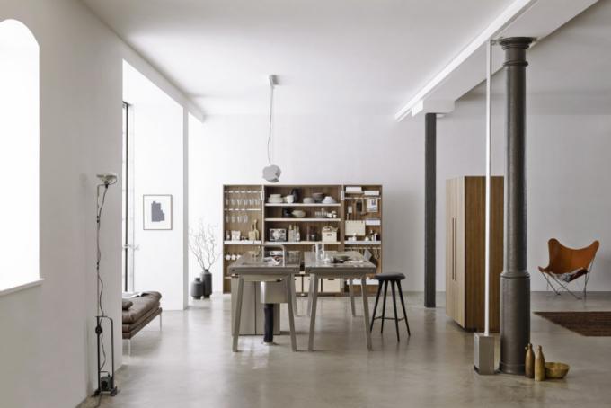 Kuchyně Bulthaup b2 (Bulthaup), design studio Eoos, nerezová ocel aořechový masiv, cena 750000Kč, www.bulthaupstudio.cz