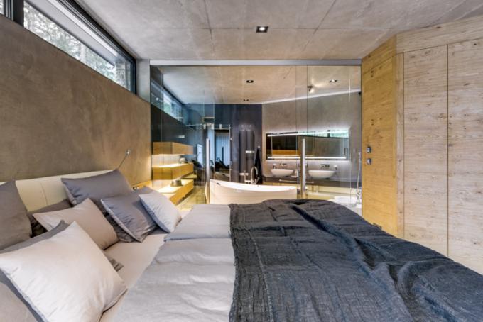 Manželé mají vlastní odpočinkovou zónu avelkoryse vybavenou koupelnu koncipované tak, aby měli absolutní soukromí asoučasně aby poskytli dostatečnou míru soukromí svým ratolestem