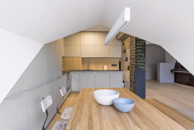 Tradičním avelmi oblíbeným prvkem, který Vladan Běhal rád používá, je lavice, která dobře poslouží vjakémkoli zákoutí interiéru. Vybavení jídelní zóny je zdílny architekta ajeho studia. Stůl alavice jsou vyrobeny zkartáčovaného olejovaného masivního dubu apatinovaného kovu, zrestaurované židle Bauhaus jsou zmasivní borovice apatinovaného kovu, více naWWW.AREDA.CZ
