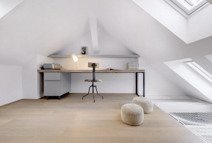 Šikminy vinteriéru nebyly překážkou vevyužití prostoru typickém pro mezonetové byty. Vhorní patře architekt vytvořil adekvátně koncipovanou pracovnu, vybavil ji nábytkem namíru