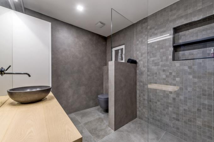 Použití mozaiky vkoupelně – spřáním majitelky bytu si architekt poradil celkem hravě, ato aniž by musel dělat kompromisy vpoužití materiálů. Dlažbu, která zaznívá napodlaze, nechal vtovárně nařezat namalé čtverečky