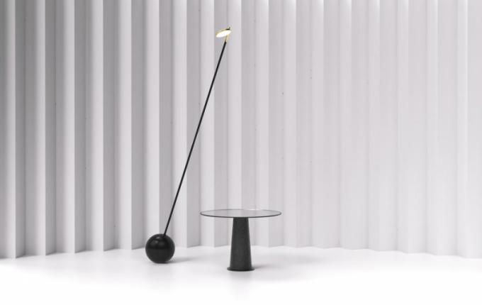 Stojací lampa One Zero je vybavena elektronickým systémem vyvažování, který umožňuje, aby se celá lampa nakláněla azablokovala téměř vevšech polohách. Návrh vyhrál vrámci letošních Cen Designbloku 2018 vkategorii Nejlepší kolekce svítidel