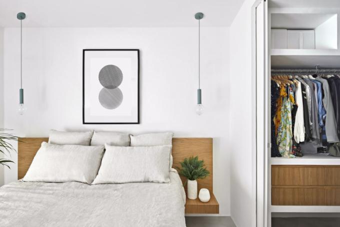 Stolní lampy zde nahradila závěsná svítidla, která šetří prostor azároveň se stávají jednoduchým apřitom výrazným doplňkem jinak minimalistické ložnice