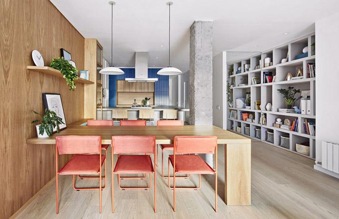 Převaha dřevěných povrchů avelkých bílých ploch dohromady tvoří optimální základ pro využití odstínů modré ačervené, které jsou zde velmi výraznými prvky, aniž by prostor zahlcovaly
