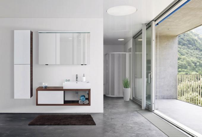 Koupelnový nábytek ze série Storm (Dřevojas), ceny: umyvadlová skříňka od16990Kč, vysoká skříň od9590Kč, www.drevojas.cz