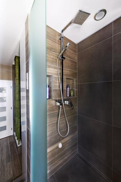 Vesprchovém koutě je sprchový set 5th Avenue (Cae). Intimní osvětlení koutu avany zajišťují LED pásky