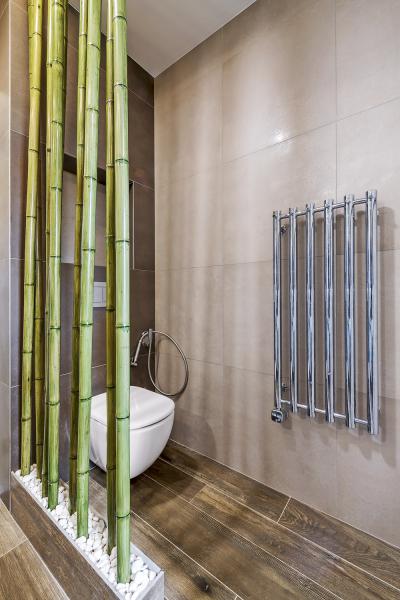 Prostor stoaletou opticky oddělují bambusové tyče, které sdalšími dekoracemi podtrhují atmosféru jihoasijského stylu