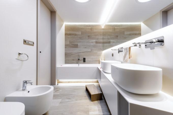 Deska pod umyvadly atvarovka vany zkrionu vytvářejí jeden kompaktní celek, který dokonale doplňuje velkoformátový obklad sdřevěným dekorem (Casa dolce casa) beze spár